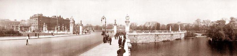 Photographies de Lieux Célèbres durant la Belle Epoque 800px-Buckingham_palace_1909