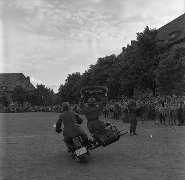 File:Bundesarchiv B 145 Bild-F010422-0004, Lübeck, Jubiläum BGS, Pionierkaserne.jpg