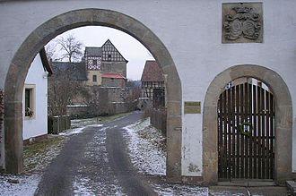 Lichtenstein Castle (Lower Franconia) - Die noch bewohnte Südburg durch das Tor der Vorburg