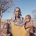 COLLECTIE TROPENMUSEUM Close-up van een Masai vrouw met drie kinderen bij Kajiado TMnr 20038610.jpg