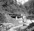 COLLECTIE TROPENMUSEUM Een noodspoorbrug in de herstelde spoorbaan in de Anei kloof in 1892 TMnr 10021898.jpg
