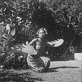 COLLECTIE TROPENMUSEUM Portret van Ni Pollok vrouw van de Belgische schilder Le Mayeur de Merprès als danseres in de tuin van hun huis TMnr 10028553.jpg
