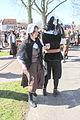Cameraman verkleed en vrouw 1 april feest Brielle.jpg