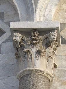 Capitel en la Torre de Pisa
