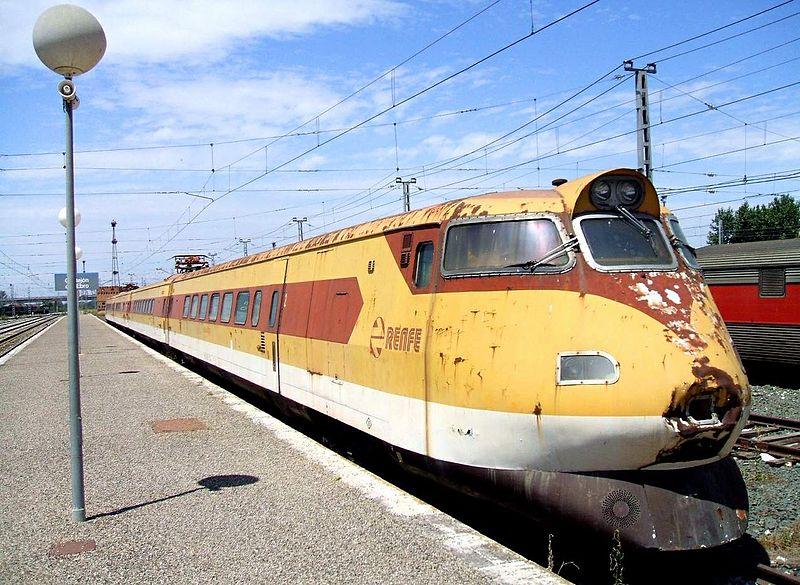 Trenes curiosos a lo largo de la historia del ferrocarril español 800px-Castejon_de_Ebro_-_Renfe_443
