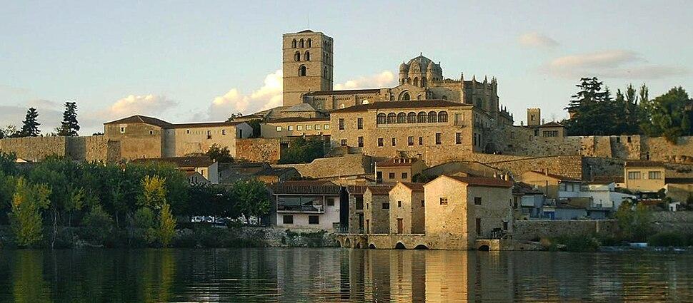 Panorámica de Zamora con el río Duero en primer plano y la Catedral al fondo.