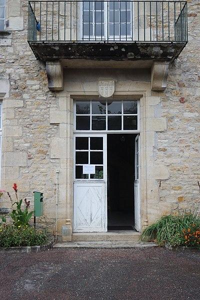Château des évêques d'Auxerre, à Varzy, Nièvre. L'entrée du logis, surmontée des armes de la ville de Clichy-la-Garenne, ancien propriétaire.
