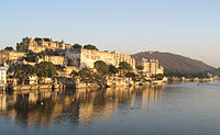 City Palace by lake Pichola, Udaipur.jpg