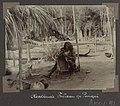 Collectie NMvWereldculturen, RV-A102-1-193, 'Vlechtende indiaan op Panapi'. Foto- G.M. Versteeg, 1903-1904.jpg