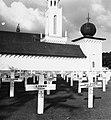 Collectie NMvWereldculturen, TM-20001538, Negatief, 'Graven op het ereveld van Menteng Pulo met onder andere het graf van Generaal Spoor', fotograaf Boy Lawson, 1971.jpg
