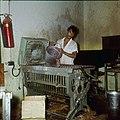 Collectie Nationaal Museum van Wereldculturen TM-20029631 Het gieten van was in een kaarsenfabriek Aruba Boy Lawson (Fotograaf).jpg