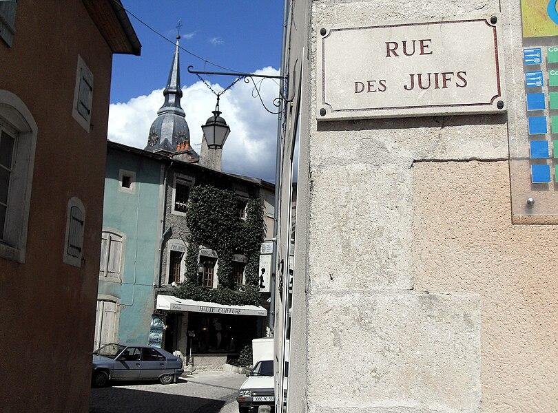 Commercy (Meuse, France) - La Rue des Juifs se trouve à l'ombre du clocher de l'église...
