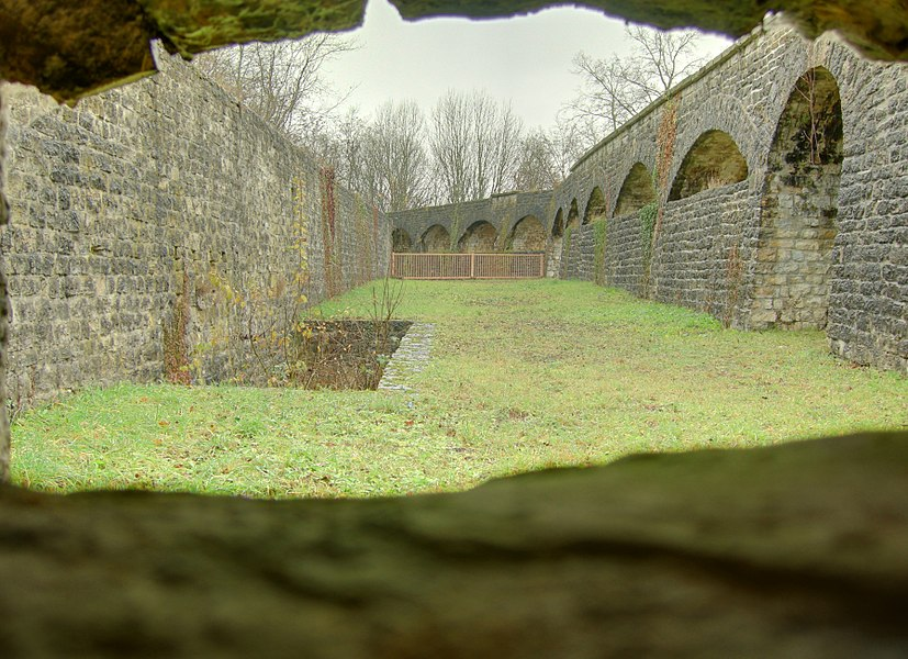 Vue d'un fossé de l'enveloppe depuis la caponnière double de l'enveloppe, à l'est du fort.  Lachaux fortifications (HDR).