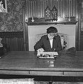 Condoleanceregister voor de Paus Minister Klompé tekent het register, Bestanddeelnr 915-2254.jpg