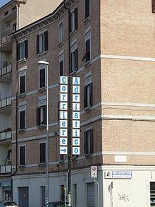 Corriere Adriatico: l'insegna luminosa che indica l'accesso alla sede.