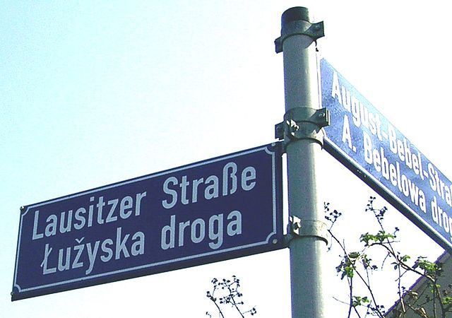 http://upload.wikimedia.org/wikipedia/commons/thumb/c/c2/Cottbus_zweisprachige_Strassenbezeichnung_zugeschnitten.jpg/640px-Cottbus_zweisprachige_Strassenbezeichnung_zugeschnitten.jpg