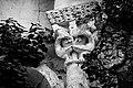 Détail d'un pilier de l'église en ruines de Saint-Cyprien de Dolmayrac.jpg