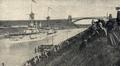 Das Linienschiff 'Weißenburg' passiert bei der Fahrt durch den Kaiser Wilhelm-Kanal die Hochbrücke bei Levensau, 1900.png