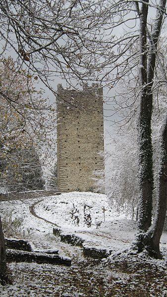Deuxième tour du château de Montmayeur, sur la crête du Mont Raillant (commune de Villard-Sallet, Savoie)