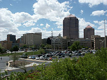 Photographie du centre de Albuquerque où l'on aperçoit plusieurs buildings élevés