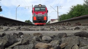 Файл:EP1M-773 with train, view between rails.webm