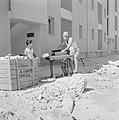 Een nieuwbouwwijk in Dimona. Een man is bezig een trapnaaimachine van het merk A, Bestanddeelnr 255-3569.jpg