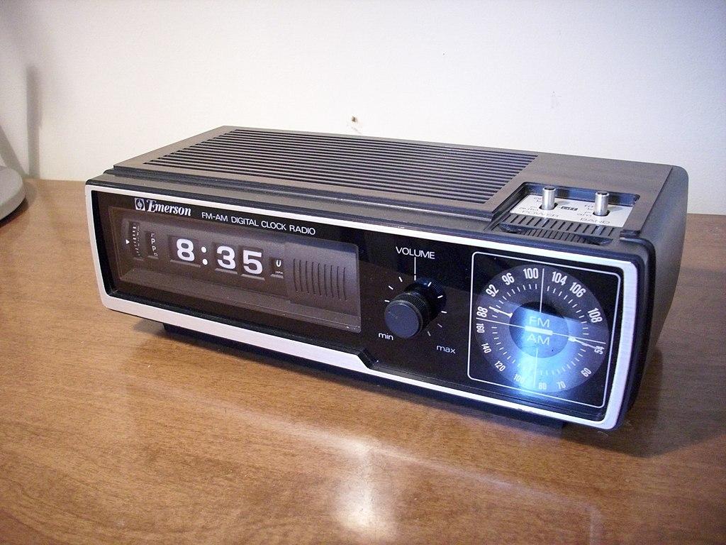 file emerson dcf 80 flip number alarm clock radio front jpg wikimedia commons. Black Bedroom Furniture Sets. Home Design Ideas