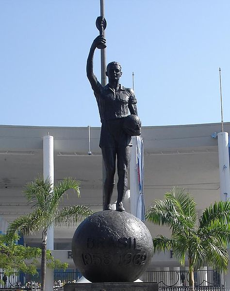 Ficheiro:Estátua do Bellini Maracanã.jpg