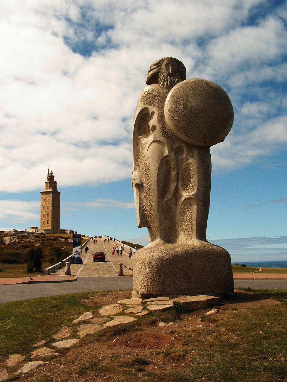 Estatua de Breogan con la Torre de Hercules al fondo