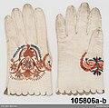Ett par fingerhandskar av vitt fint skinn, hopsydda med fina kaststygn från insidan - Nordiska museet - NM.0105806B (2).jpg
