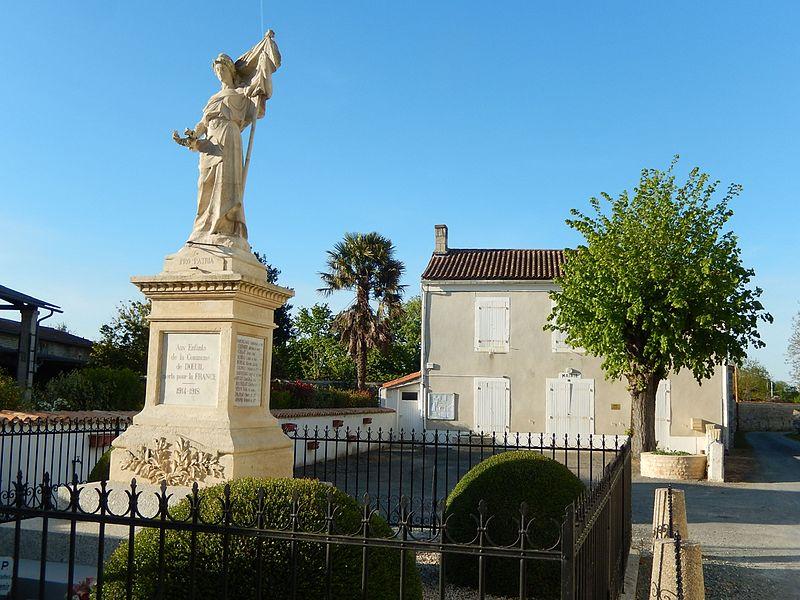Le monument aux morts (au premier plan) et la mairie (au second plan) de Dœuil sur le Mignon (Charente-Maritime, France).
