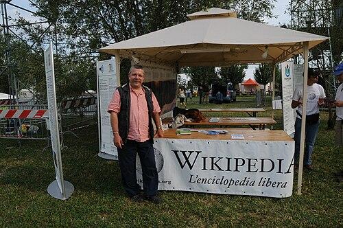 Lo stand di Wikimedia Italia a Festambiente 2009: un appuntamento fisso da anni per lassociazione. P.S. Non è che Mauro sia dimagrito, è che sta trattenendo il respiro...