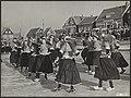 Festiviteiten, ijs, schaatsers, VOLKSDANSEN, Bestanddeelnr 072-0911.jpg