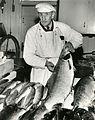 Fiskhandler Paul Olsen i Ravnkloa (1964) (19586416648).jpg