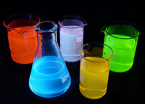 Fluorophore - Fluorescence of different substances under UV light. Green is a fluorescein, red is Rhodamine B, yellow is Rhodamine 6G, blue is quinine, purple is a mixture of quinine and rhodamine 6g. Solutions are about 0.001% concentration in water.