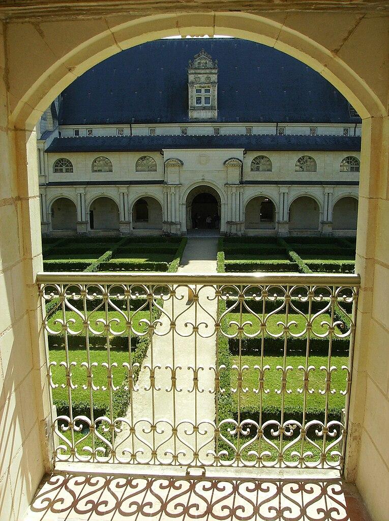 File fontevraud vue d 39 un jardin interieur jpg wikimedia for Jardin interieur