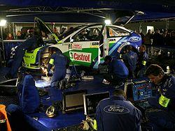 Mecánicos del equipo Ford reparando el automóvil de Marcus Grönholm.
