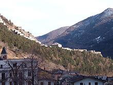 Parte del forte di Fenestrelle. In primo piano il paese di Fenestrelle.