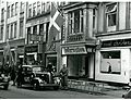 Frihedskæmpere står vagt ved den nazistiske avis Fædrelandets kontorer i Store Kongensgade 40 i København, efter at de illegale blade 'Information' og 'Morgenbladet' har overtaget lokaliteterne d. 5. maj 1945 (7392791764).jpg