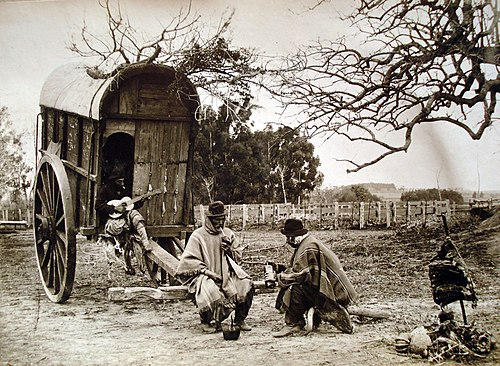 Grupo de gauchos tomando mate y tocando la guitarra en la Pampa Argentina durante la segunda