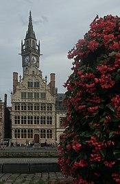 Gent, het Cooremetershuys oeg24760 met bloembak op de voorgrond en toren op de achtergrond IMG 0792 2021-08-15 16.30.jpg