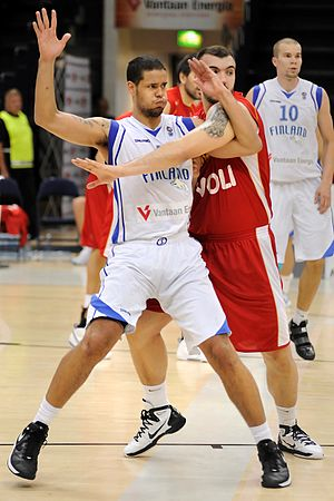 Gerald Lee (basketball) - Lee guarded by Nikola Peković while playing for Finland
