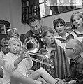Geschenken uit de Wieringermeer voor kinderen in Emmaziekenhuis, jongetje speelt, Bestanddeelnr 918-1145.jpg