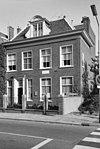 foto van Huis van Looy. Rechthoekig huis met strakke kroonlijst