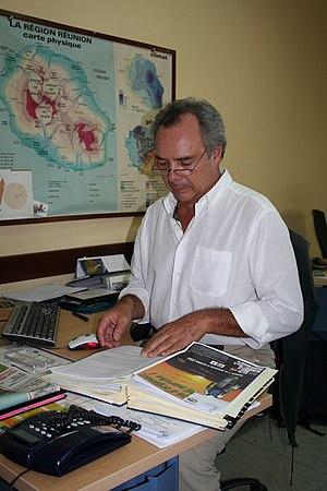 Le rédacteur en chef des journaux télévisés de Télé Réunion photographié par 2512 dans la salle de rédaction.