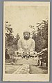 Groot Boeddha-beeld buiten met bezoekers, RP-F-F24773.jpg