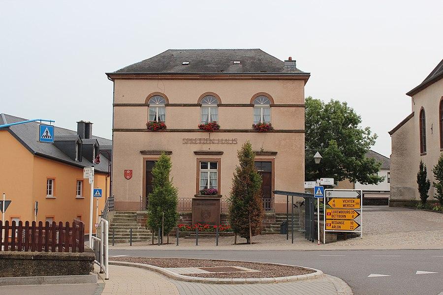 Fréiert Schoulgebai zu Groussbus; haut Sprëtzenhaus. Zënter dem 28. Januar 1982 op der Lëscht vum Zousaz-Inventaire vun den nationale Monumenter.