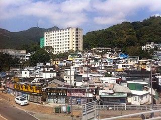 薄扶林幅員廣大,盤據著香港島的西部,可供發展的土地還有很多,較容易增建大量公屋和居屋。 (圖片:Tonyhoi Tsai@Wikimedia)