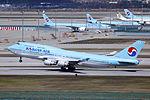 HL7472 - Korean Air Lines - Boeing 747-4B5 - ICN (17311316921).jpg