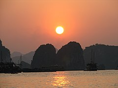 Ha Long Bay at Sunset - panoramio.jpg